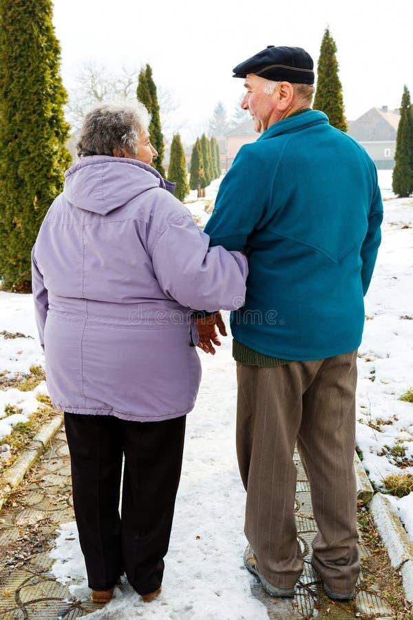 Gehende ältere Paare lizenzfreies stockfoto