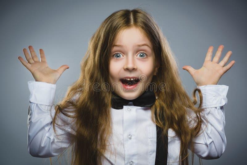 Gehende Überraschung des erfolgreichen glücklichen Mädchens des Nahaufnahmeporträts lokalisiert auf grauem Hintergrund Positives  stockfotos