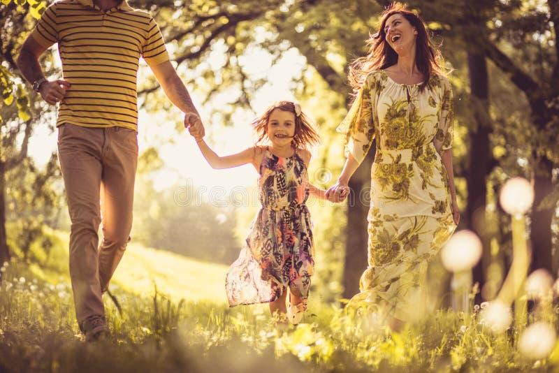 Gehende Abflussrinnennatur mit unserem kleinen Mädchen lizenzfreie stockfotos