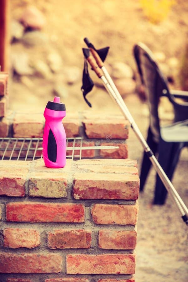 Gehende Ausrüstung des Nordic und Wasserflasche, Außenaufnahme stockbild