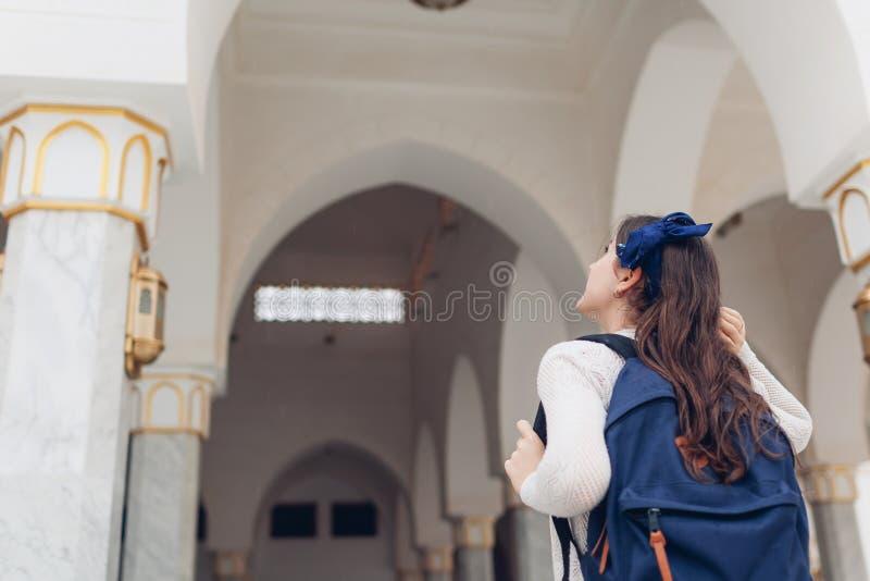 Gehende Besichtigung des Reisenden der jungen Frau in Ägypten Mädchen, das auf die Exkursion betrachtet Al Salam-Moschee geht lizenzfreie stockbilder