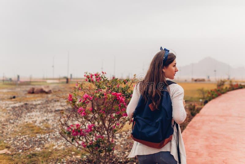 Gehende Besichtigung des Reisenden der jungen Frau in Ägypten Mädchen, das auf Exkursion geht stockbild