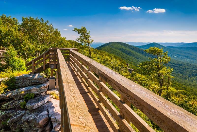 Gehende Brücke und Ansicht der Appalachians von großem Schloss, Virginia stockfotografie
