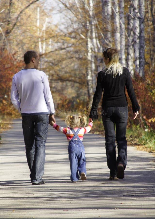 Gehende Familie stockfoto