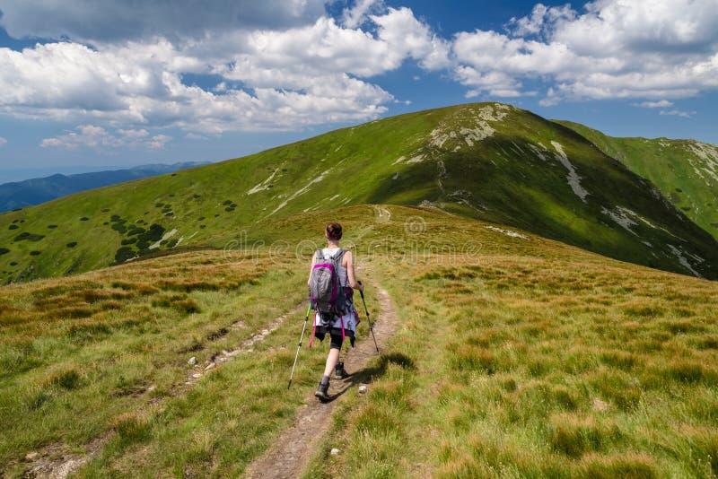 Gehende Frau, die auf den Bergen wandert lizenzfreie stockbilder