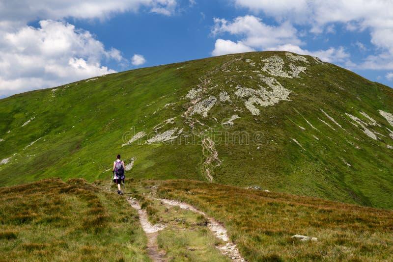 Gehende Frau, die auf den Bergen wandert lizenzfreies stockfoto