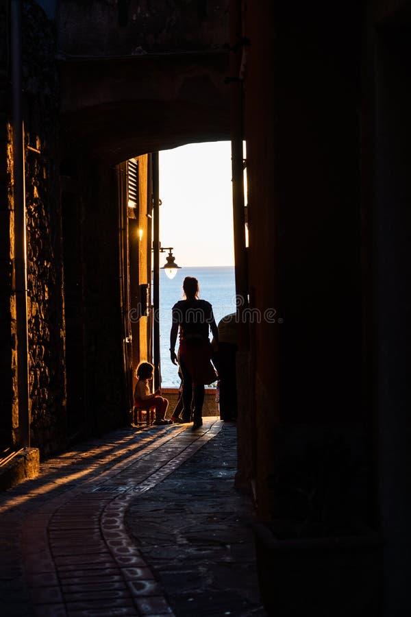 Gehende Gasse in Manarola-Dorf in Cinque Terre Italy stockfotos