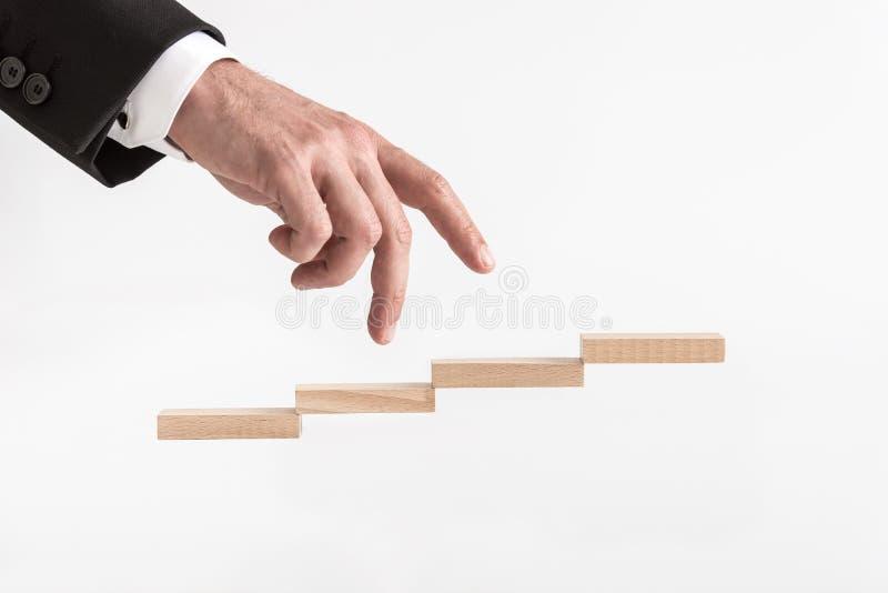 Gehende Geschäftsmann seine der Finger herauf Schritte bildete sich durch Holzklötze lizenzfreie stockfotografie