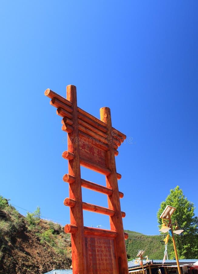 Gehende Heiratbrücke im Lugu See, China stockbild