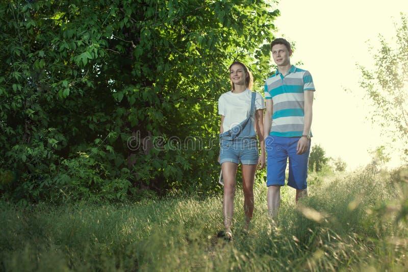 Gehende junge Paare stockbilder