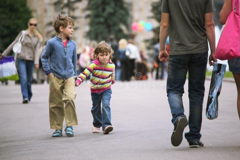 Gehende Kinder stockbilder