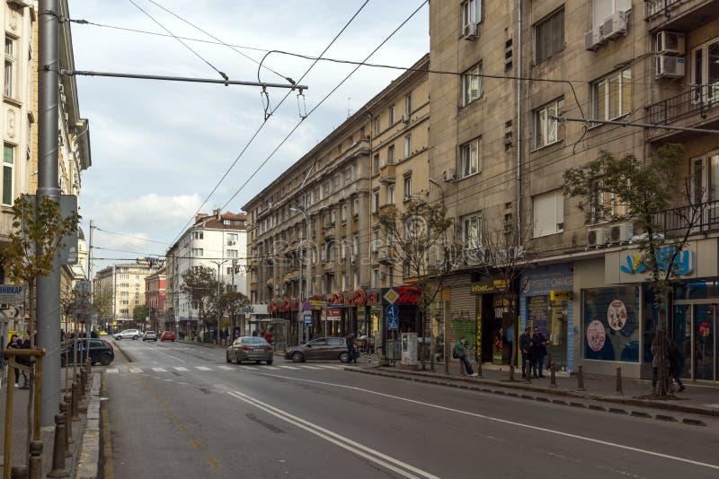 Gehende Leute auf Rakovski-Straße in der Stadt von Sofia, Bulgarien stockfotos