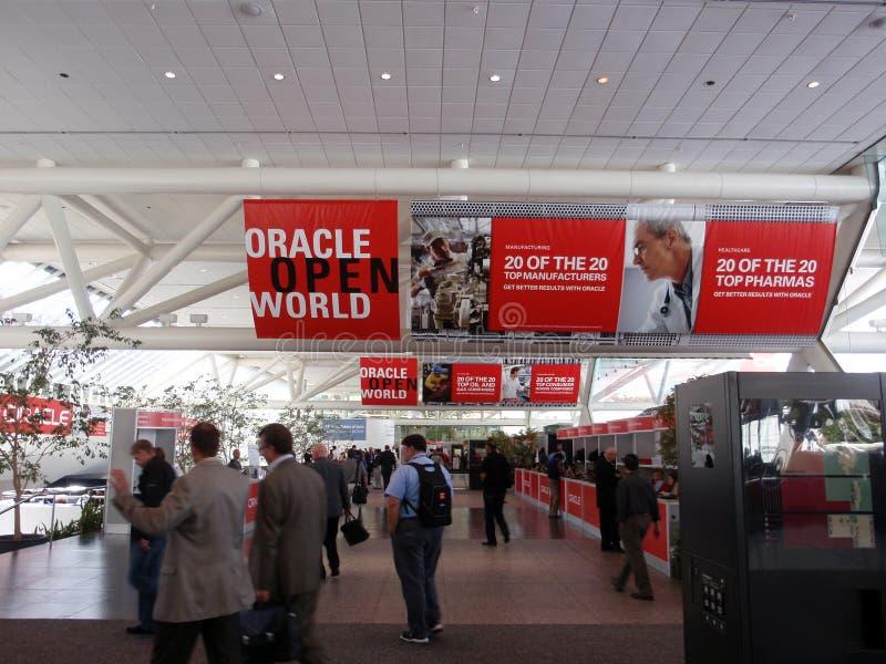 Gehende Leute obwohl Oracle-geöffnete Weltversammlung lizenzfreies stockbild