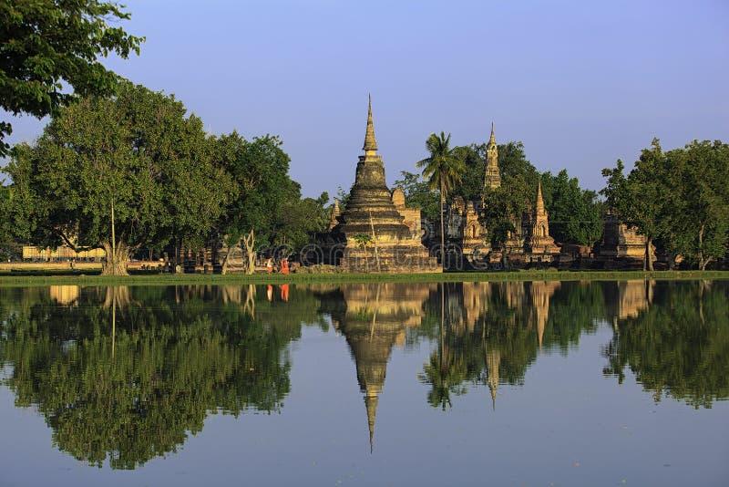Gehende Reflexion der buddhistischen Mönche stockbilder