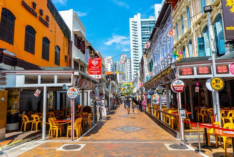Gehende Straße an der Gasse von den historisch ikonenhaften entworfenen Gebäuden gelegen in China-Stadt, Singapur lizenzfreie stockfotos