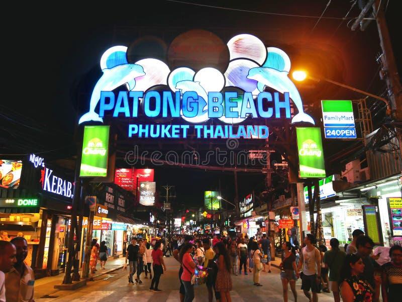 Gehende Straße Patong-Strandes nachts stockfoto
