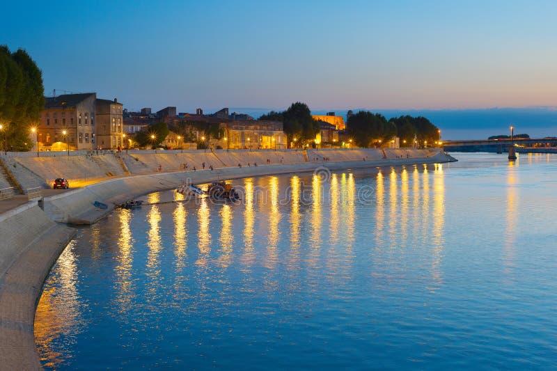 Gehender Damm Arles, Frankreich der Leute lizenzfreies stockfoto