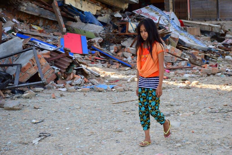 Gehender Durchlauf des Mädchens stürzte Gebäude nach Erdbebenunfall ein stockbild