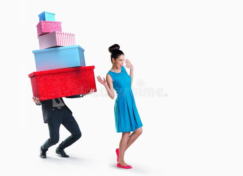 Gehender Einkauf der Frau und des Mannes lokalisiert stockfotografie