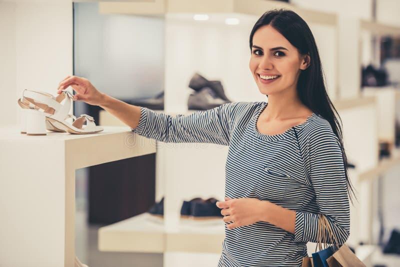 Gehender Einkauf des schönen Mädchens stockbild