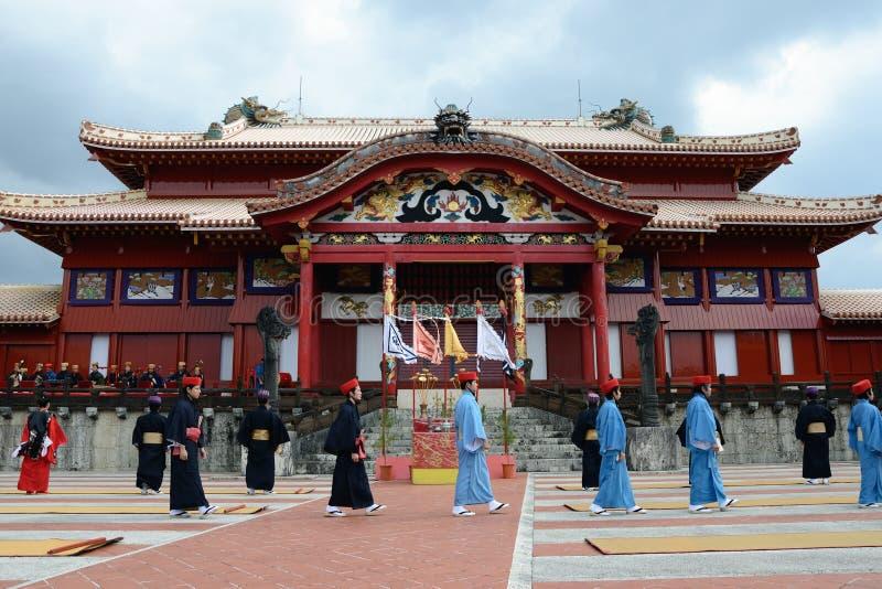 Gehender Mann und Shuri Schloss, Okinawa stockfotografie