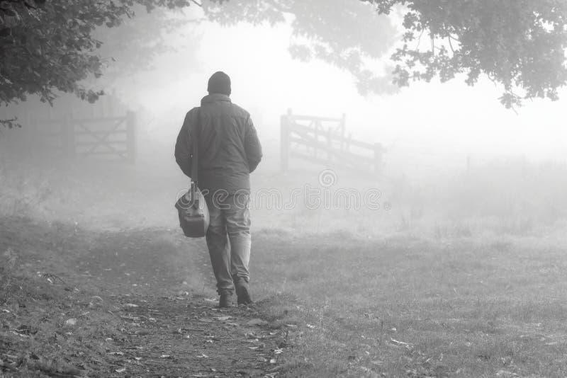 Gehender Nebel 1 des Mannes lizenzfreie stockbilder