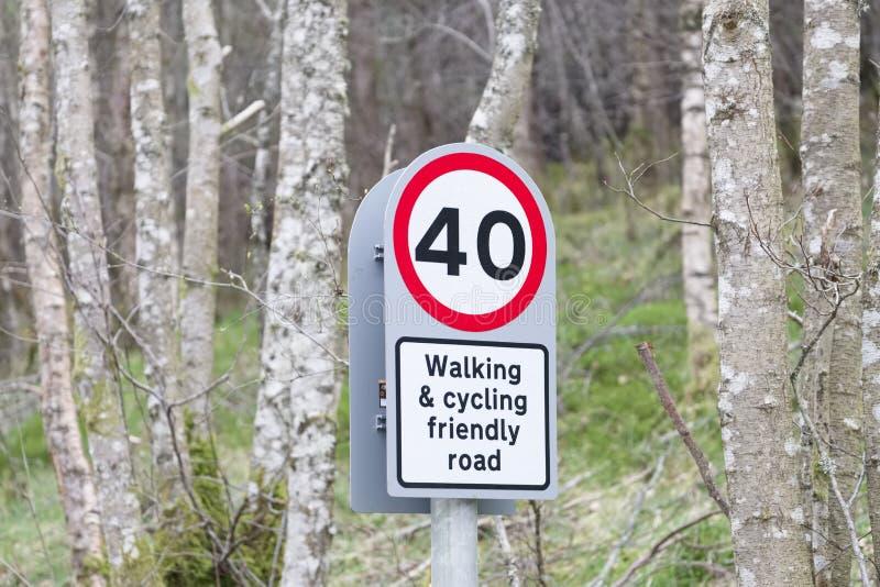 Gehender radfahrender freundlicher Straßenweg unterzeichnen in der Landschaft in Loch Tay Scotland lizenzfreies stockbild