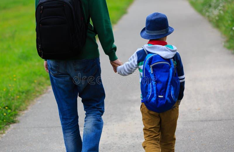 Gehender Sohn des Vaters zur Schule oder zum Kindertagesstätte stockfotografie