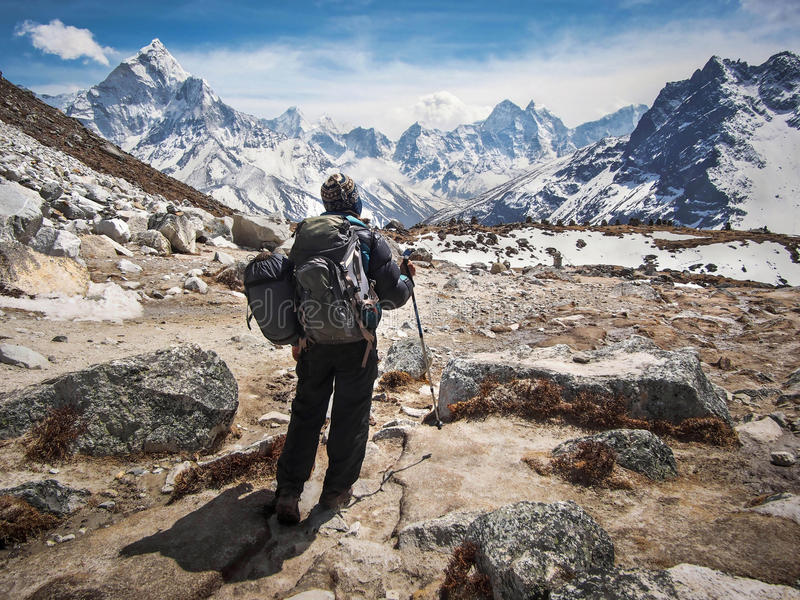 Gehender Trekker die niedriges Lager-Wanderung Everest in Nepal stockbilder