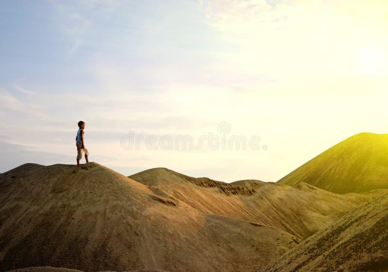 Gehender Wüstensonnenaufgang des jungen Mannes auf Berg lizenzfreies stockfoto