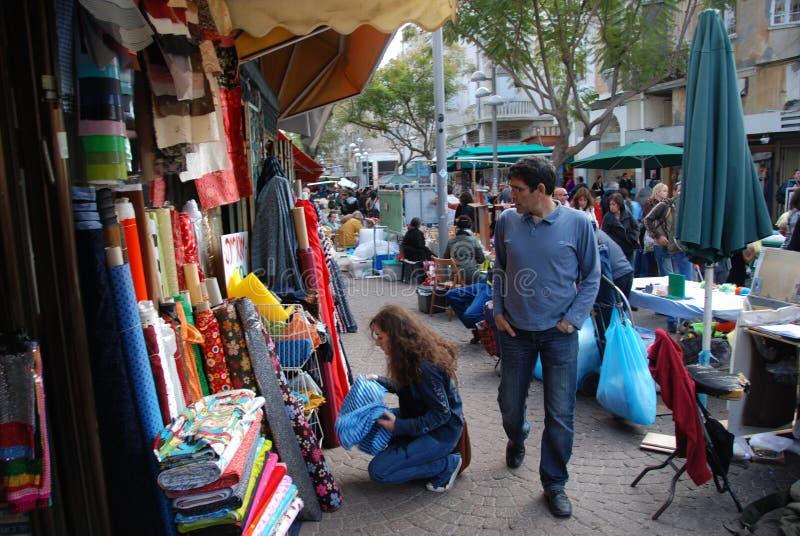 Gehendes aroung ein Markt stockfoto