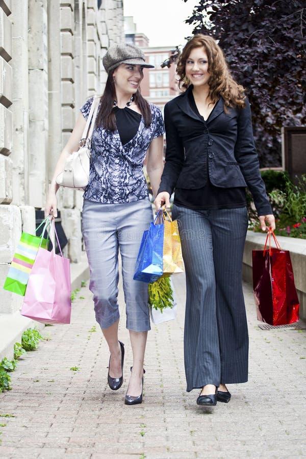 Gehendes Einkaufen stockfotos