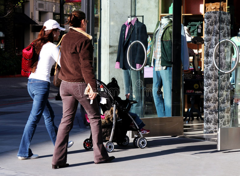 Gehendes Einkaufen der Mädchen lizenzfreies stockfoto