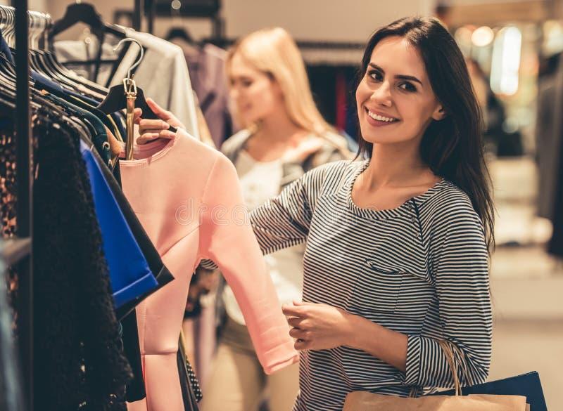 Gehendes Einkaufen der Mädchen lizenzfreie stockbilder
