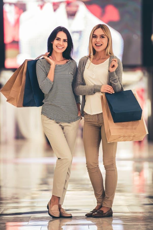 Gehendes Einkaufen der Mädchen stockbild
