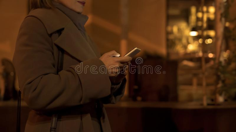 Gehendes Hauptplaudern der eleganten Frau mit Freunden in der Smartphoneanwendung lizenzfreies stockfoto