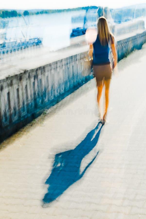 Gehendes Mädchen und ihr Schatten - abstrakter Expressionismus-Impressionismus stockfotografie