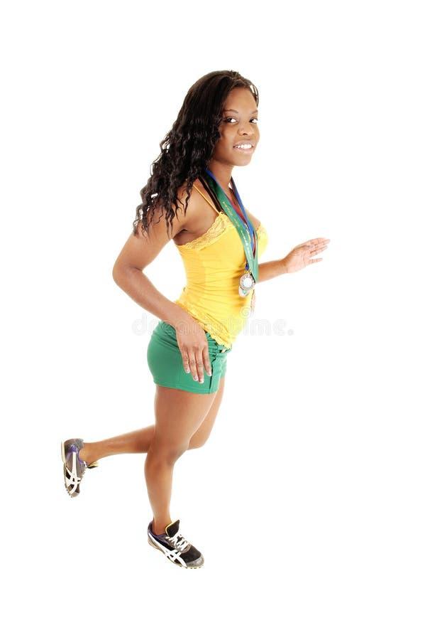 Gehendes sportliches Mädchen. stockfoto