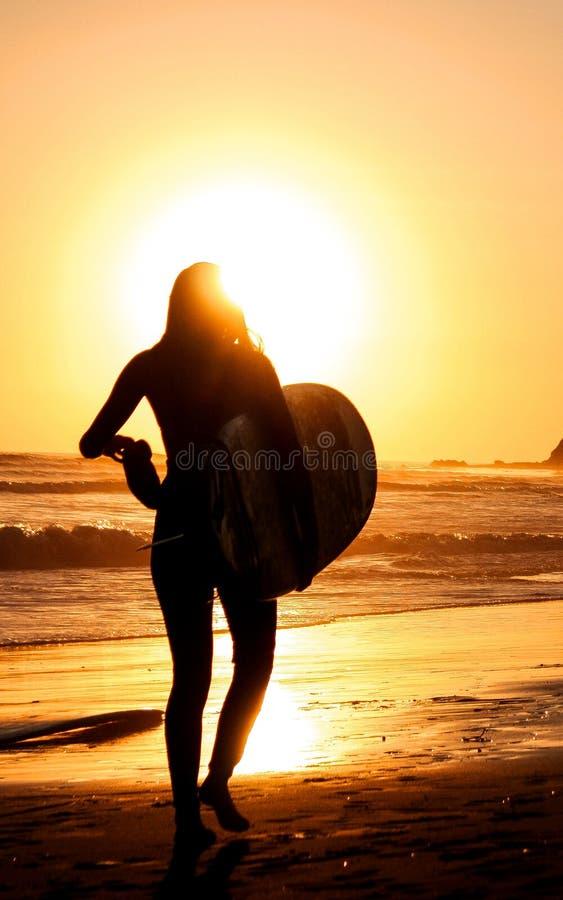 Gehendes Surfer-Mädchen allein stockbilder