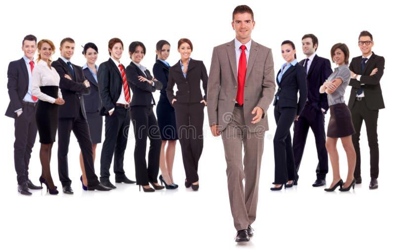 Gehendes vorderes führendes Team des Geschäftsmannes stockfoto