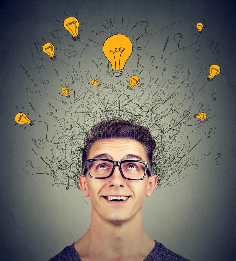 Gehirnverbindungen Aufgeregter Mann, der oben vielen Glühlampen der Ideen über Kopf betrachtet Eureka-Konzept stockfoto
