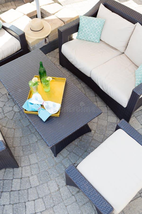 Gehobener Patio im Freien mit Gartenmöbeln stockfotografie