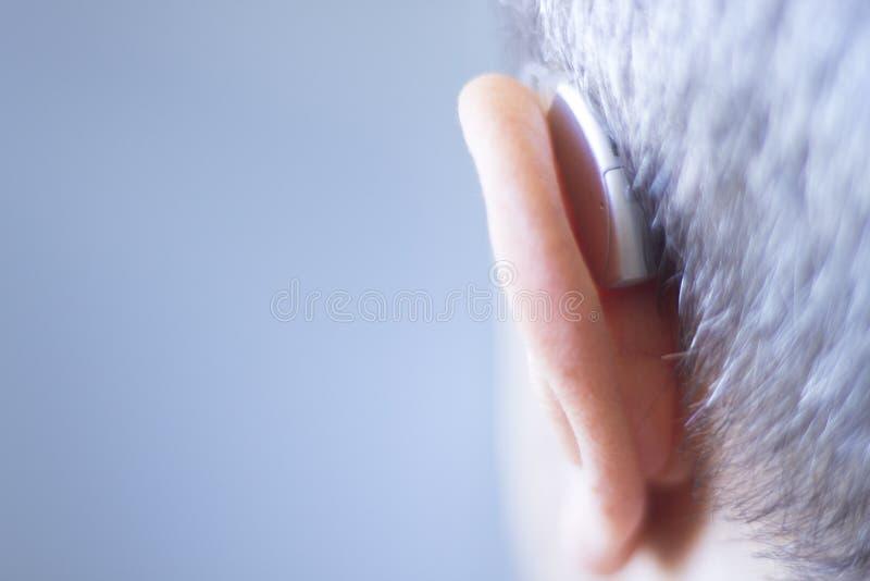 Gehoorapparaat in oor stock afbeeldingen