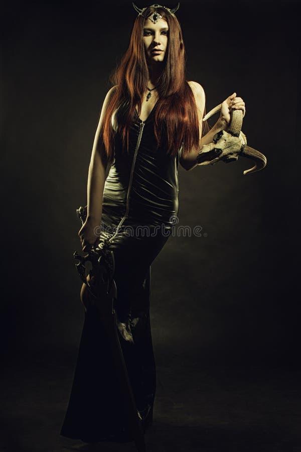 Gehoornde koningin met zwaard royalty-vrije stock foto
