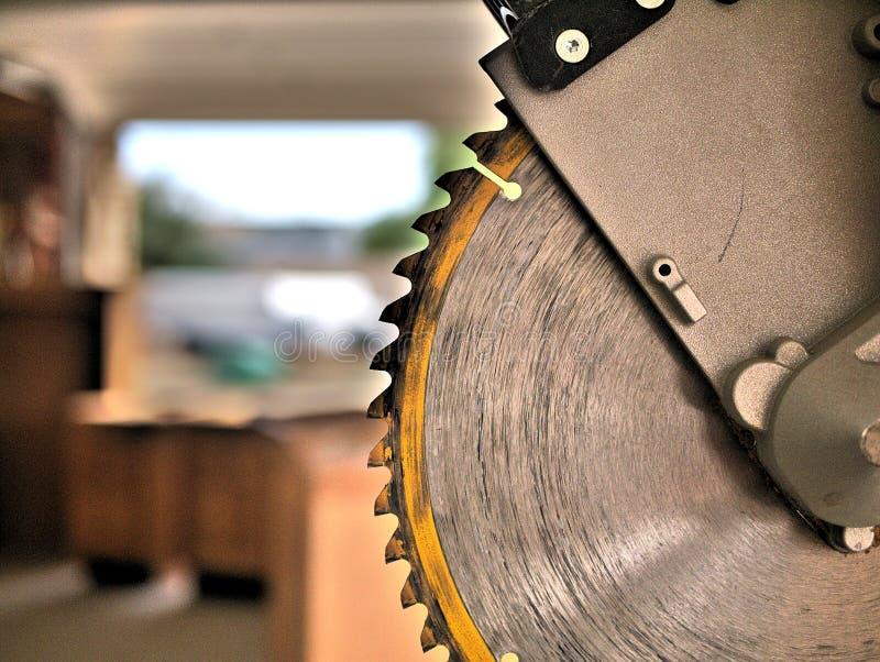 Gehrungsfuge sah Werkzeugblatt oben nah für den Schnitt des Bauholzes und der Zimmerei lizenzfreie stockbilder