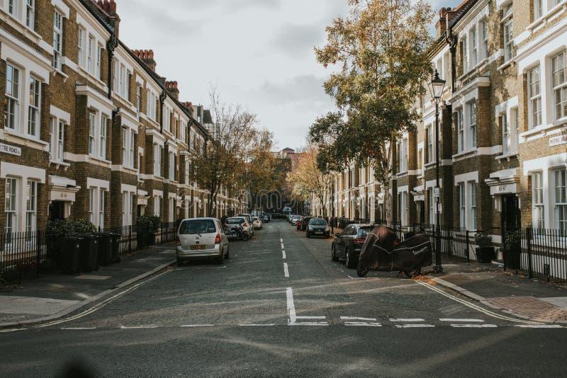 Gehrungsfugen-Straße, in Waterloo-Nachbarschaft, mit Wohnhäusern und Parkplatz, in London-Stadt, England lizenzfreies stockbild