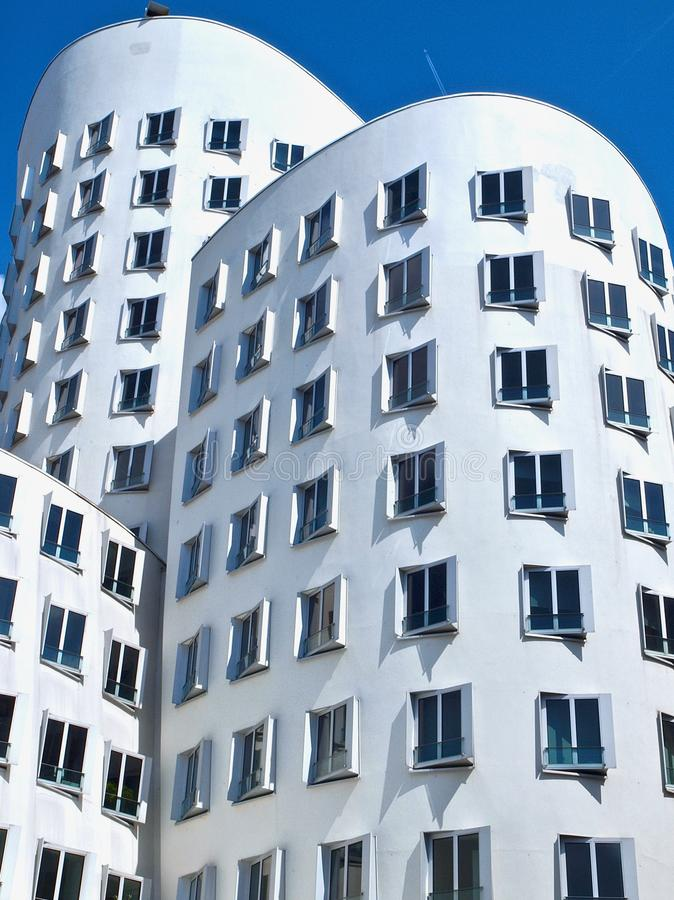 Gehry Bauten en Alemania en Duesseldorf, aquí el edificio blanco imágenes de archivo libres de regalías