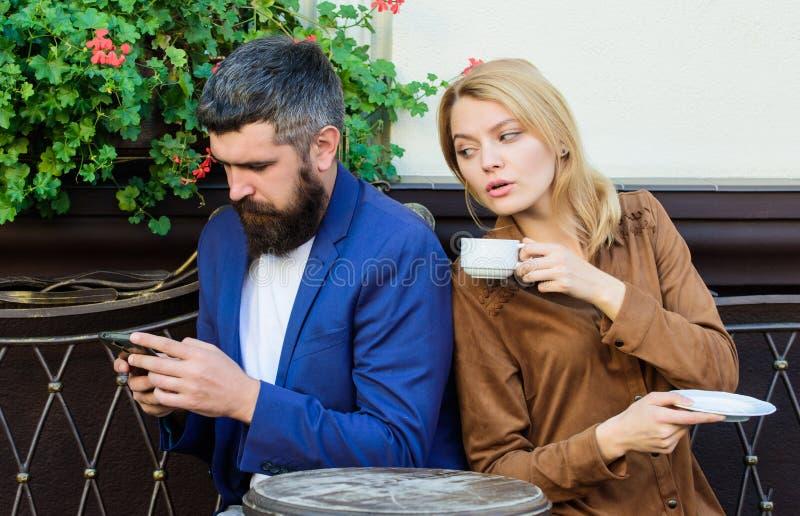 Gehuwd mooi paar die samen ontspannen Het terras van de paarkoffie drinkt koffie Het paar in liefde zit koffieterras geniet van k royalty-vrije stock afbeelding
