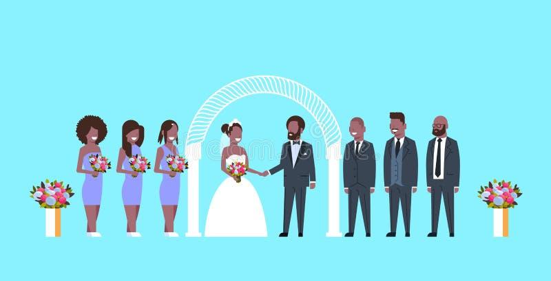 Gehuwde enkel bruid en bruidegom met Afrikaanse Amerikaanse bruidsmeisjesgroomsmen die zich dichtbij de ceremonie van het booghuw stock illustratie