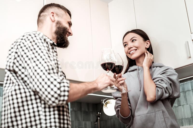 Gehuwde enkel man en vrouw die hun glazen met wijn klinken royalty-vrije stock afbeeldingen